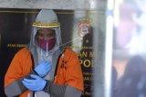 Warga negara Amerika Serikat berinisial BM yang merupakan subjek 'Red Notice' buronan Interpol dihadirkan saat rilis di Mapolda Bali, Bali, Jumat (24/7/2020). Petugas Satgas Counter Transnational and Organized Crime (CTOC) dan Ditreskrimum Polda Bali berhasil menangkap BM yang masuk Daftar Pencarian Orang (DPO) Atase Kepolisian Washington DC atas kasus kejahatan penipuan investasi senilai sekitar 500 ribu dolar Amerika. ANTARA FOTO/Fikri Yusuf/nym.