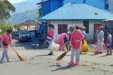 Bhayangkari Tolikara kerja bakti sosialisasi hidup bersih