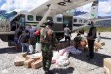 Babinsa Koramil Sinak-Bhabinkamtibmas  semprot disinfektan barang di bandara