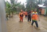 Tim Basarnas evakuasi korban banjir di Desa Panggulo Kabupaten Bone Bolango