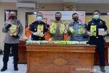 Wakapolda Aceh, Brigjen Pol Raden Purwadi (tengah) bersama Kepala Kantor Wilayah Bea Cukai Aceh, Safuadi (kedua kiri) memperlihat barang bukti tindak kejahatan narkoba jenis sabu yang dikemas dalam bungkusan teh saat gelar kasus di Banda Aceh, Senin (27/7/2020). Tim gabungan Polda Aceh bersama Bea Cukai menggagalkan peredaran narkoba jenis sabu sebanyak 33 bungkus dengan total seberat 33 kilogram jaringan internasional yang diselundupkan dari Malaysia melalui jalur laut menggunakan kapal nelayan di perairan Lhokseumawe, Aceh Utara dan mengamankan empat tersangka. Antara Aceh/Ampelsa.