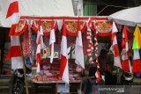 Pedagang bendera musiman menunggu pembeli di lapak miliknya di kawasan pasar lima Banjarmasin, Kalimantan Selatan, Senin (27/7/2020). Menjelang perayaan HUT ke-75 Kemerdekaan RI para pedagang bendera musiman mulai bermunculan di Banjarmasin yang menjual beragam motif bendera Merah Putih dan umbul-umbul. Foto Antaranews Kalsel/Bayu Pratama S.