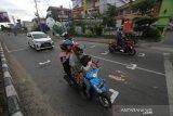 Pengendara motor melintas di trafic light jalan Ahmad Yani Km 33 Banjarbaru, Kalimantan Selatan, Senin (27/7/2020). Trafic light tersebut menerapkan protokol kesehatan COVID-19