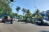 Sejumlah pengendara saat terjaring Razia kendaraan bermotor, di Jl. Dr Sumeru, Kecamatan Bogor Barat, Kota Bogor Jawa Barat, Senin (27/07/2020). Selain memberikan sanksi berupa tilang, petugas kepolisian setempat juga memberikan teguran kepada para pengguna jalan yang melanggar aturan lalu lintas. (Foto ANTARA/M.Tohamaksun).