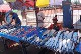 Harga ikan di Makassar melonjak karena nelayan enggan melaut