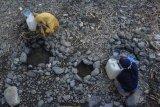 Sejumlah perempuan mengambil air di sungai yang airnya mulai menyusut di Desa Kelawis, Kecamatan Orong Telu, Kabupaten Sumbawa, NTB, Sabtu (25/7/2020). Warga di daerah tersebut sejak dua bulan lalu mengalami kesulitan mendapatkan air bersih untuk kebutuhan mencuci dan mandi akibat semakin menyusutnya debit air sungai yang melintas di Desa Kelawis dampak musim kemarau. ANTARA FOTO/Ahmad Subaidi/foc.