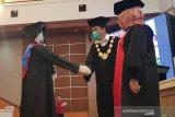 Wisudawan diwakili tiga robot  menerima ucapan selamat dari Rektor Undip