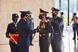 Panglima TNI menganugerahi Kapolri 3 Bintang Utama