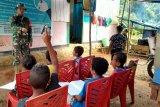 Prajurit Satgas TMMD mengajar anak di kampung Toweta