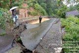 Diguyur hujan deras,  badan jalan di Sungai Mas Aceh Barat amblas 30 meter