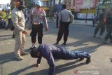 Puluhan warga Karawang terjaring razia masker, hukumannya dari baca Pancasila, push up sampai bersihkan sampah