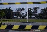 Suasana Gedung Sate yang terlihat dari Lapangan Gasibu, Bandung, Jawa Barat, Kamis (30/7/2020). Sebanyak 40 karyawan di Gedung Sate atau Kantor Gubernur Jawa Barat terkonfirmasi positif  COVID-19 melalui uji tes usap (swab test) sehingga selama 14 hari Gedung Sate ditutup untuk publik dan aktivitas Pegawai Negeri Sipil serta non pegawai di lingkungan tersebut bekerja dari rumah. ANTARA JABAR/Novrian Arbi/agr