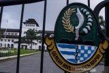 Suasana Gedung Sate yang ditutup di Bandung, Jawa Barat, Kamis (30/7/2020). Sebanyak 40 karyawan di Gedung Sate atau Kantor Gubernur Jawa Barat terkonfirmasi positif  COVID-19 melalui uji tes usap (swab test) sehingga selama 14 hari Gedung Sate ditutup untuk publik dan aktivitas Pegawai Negeri Sipil serta non pegawai di lingkungan tersebut bekerja dari rumah. ANTARA JABAR/Novrian Arbi/agr
