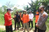 Koordinator Manggala Agni Kalbar Sahat Irawan Manik (kiri) berbincang dengan Karo Ops Polda Kalbar Kombes Pol Jayadi (kanan), Kepala BPBD Kalbar Lumano (kedua kanan), Penggerak Masyarakat Peduli Api (MPA) Desa Limbung yaitu Waluyo (keempat kanan) saat melaksanaan patroli terpadu di Desa Limbung, Kecamatan Sungai Raya, Kabupaten Kubu Raya, Kalbar, Kamis (30/7/2020). Patroli terpadu dari Manggala Agni, TNI/Polri, BPBD Kalbar serta MPA Desa Limbung tersebut dilakukan agar dapat mencegah terjadinya kebakaran hutan dan lahan seperti yang kerap terjadi pada tahun-tahun sebelumnya. ANTARA KALBAR/Jessica Helena Wuysang