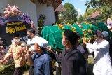 Sejumlah warga memikul keranda jenazah budayawan Ajip Rosidi saat prosesi pemakaman di rumah duka Desa Pabelan, Mungkid, Magelang, Jawa Tengah, Kamis (30/7/2020). Ajip Rosidi meninggal pada usia 82 tahun di RSUD Tidar Kota Magelang karena sakit dan dimakamkan di makam keluarga yang berada di sekitar rumahnya di Desa Pabelan. ANTARA FOTO/Anis Efizudin/nym.