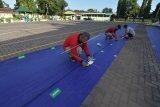 Panitia memasang tanda jaga jarak fisik saat persiapan tempat Sholat Idul Adha 1441 H di halaman Masjid Agung Sudirman, Denpasar, Bali, Kamis (30/7/2020). Panitia akan memperketat penerapan protokol kesehatan termasuk membatasi jumlah jemaah yang beribadah untuk mencegah penularan COVID-19. ANTARA FOTO/Nyoman Hendra Wibowo/nym.