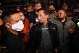 Petugas kepolisian membawa buronan kasus korupsi pengalihan hak tagih (cessie) Bank Bali Djoko Tjandra yang ditangkap di Malaysia menuju Bareskrim Polri setibanya di Bandara Halim Perdanakusuma Jakarta, Kamis (30/7/2020). ANTARA FOTO/Nova Wahyudi/aww.
