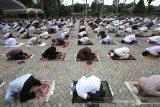 Umat muslim menunaikan ibadah shalat Idul Adha 1441 H di Masjid Raya Sabilal Muhtadin, Banjarmasin, Kalimantan Selatan, Jumat (31/7/2020). Pelaksanaan shalat Id di Banjarmasin dilaksanakan secara berjamaah di masjid atau lapangan dengan menerapkan protokol kesehatan, seperti mengenakan masker dan menjaga jarak. Foto Antaranews Kalsel/Bayu Pratama S.