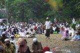 Umat muslim bersiap menunaikan ibadah shalat Idul Adha 1441 H di Masjid Raya Sabilal Muhtadin, Banjarmasin, Kalimantan Selatan, Jumat (31/7/2020). Pelaksanaan shalat Id di Banjarmasin dilaksanakan secara berjamaah di masjid atau lapangan dengan menerapkan protokol kesehatan, seperti mengenakan masker dan menjaga jarak. Foto Antaranews Kalsel/Bayu Pratama S.