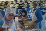 Pekerja mengemas daging hewan kurban yang telah disembelih di Rumah Potong Hewan (RPH) Pegirian, Surabaya, Jawa Timur, Jumat (31/7/2020). RPH Pegirian menyediakan jasa pemotongan hewan kurban dengan menerapkan protokol kesehatan secara ketat seperti penggunaan masker, pelindung wajah, sarung tangan dan menyiapkan tenaga medis serta dokter hewan  guna menjamin kelayakan daging hewan kurban sekaligus mencegah penyebaran COVID-19. Antara Jatim/Moch Asim/zk.
