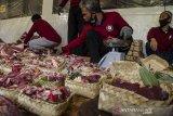 Pengurus Dewan Kemakmuran Masjid (DKM) mengemas daging kurban menggunakan besek (wadah anyaman bambu) untuk dibagikan di Masjid Al Lhatiif, Bandung, Jawa Barat, Jumat (31/7/2020). Pengurus DKM menggunakan besek untuk mengemas daging kurban seberat satu kilogram guna mengurangi sampah plastik serta membagikan kepada warga penerima secara langsung dari rumah ke rumah sebagai penerapan protokol kesehatan pada masa Adaptasi Kebiasaan Baru pandemi COVID-19 di Hari Raya Idul Adha. ANTARA JABAR/Novrian Arbi/agr