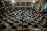 Umat muslim melaksanakan shalat Idul Adha di Masjid Raya Bandung, Jawa Barat, Jumat (31/7/2020). Masjid Raya Bandung menggelar shalat Idul Adha secara berjamaah dengan menerapkan protokol kesehatan seperti jaga jarak serta wajib mengenakan masker guna mencegah penyebaran COVID-19. ANTARA JABAR/Raisan Al Farisi/agr