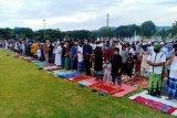 Masyarakat Poso  shalat Idul Adha di lapangan sesuai protokol COVID-19