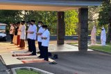 Presiden Joko Widodo tunaikan Shalat Idul Adha di halaman Wisma Bayurini