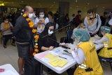 Petugas memeriksa dokumen kesehatan penumpang pesawat rute domestik yang tiba di Bandara Internasional I Gusti Ngurah Rai, Badung, Bali, Jumat (31/7/2020). Pemprov Bali mulai membuka sektor pariwisata bagi wisatawan domestik pada Jumat (31/7) dengan sejumlah persyaratan yang mengedepankan aspek kesehatan dan kualitas untuk memberi pelindungan, kenyamanan dan keamanan bagi wisatawan yang berkunjung selama masa pandemi COVID-19. ANTARA FOTO/Fikri Yusuf/nym.