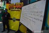 Petugas keamanan berada disamping papan pengumuman pemakaman KH Hasyim Wahid, adik bungsu Presiden ke-4 RI KHAbdurrahman Wahid (Gus Dur)di Ponpes Mambaul Ma'arif Denanyar, Kabupaten Jombang, Jawa Timur, Sabtu (1/8/2020). KH Hasyim Wahid atau Gus Im merupakan putra bungsu pasangan pahlawan nasional KH Abdul Wahid Hasyim dan Nyai Solichah, meninggal dunia Sabtu, pukul 04.18 WIB di RS Mayapada, Jakarta pada usia 67. Antara Jatim/Syaiful Arif/zk