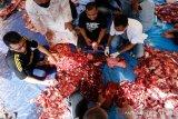 Dokter hewan dari tim pengawas dan pemantaun kesehatan hewan kurban (kanan) didampingi tokoh masyarakat serta panitia penyembelihan hewan kurban Idul Adha 1441 H memeriksa daging sebelum dibagikan kepada warga di Desa Ilie Ulee Kareng, Banda Aceh, Aceh, Sabtu (1/8/2020). Pemantauan dan pemeriksaan daging kurban dilakukan untuk mencegah penyebaran penyakit hewan yang dapat ditularkan kepada manusia. Antara Aceh/Irwansyah Putra.