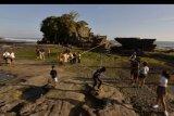 Wisatawan domestik menikmati pemandangan saat liburan Idul Adha 1441H di masa Adaptasi Kebiasaan Baru tahap II di obyek wisata Tanah Lot, Tabanan, Bali, Sabtu (1/8/2020). Obyek wisata tersebut mulai dikunjungi wisatawan dari luar Pulau Bali dengan menerapkan protokol kesehatan COVID-19 meskipun jumlahnya masih sedikit. ANTARA FOTO/Nyoman Hendra Wibowo/nym.