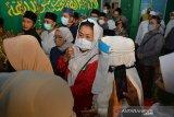 Zannuba Ariffah Chafsoh atau yang akrab disapa Yenny Wahid (kiri) saat menghadiri pemakaman almarhum KH Hasyim Wahid, adik bungsu Presiden ke-4 RI KHAbdurrahman Wahid (Gus Dur)di Ponpes Mambaul Ma'arif Denanyar, Kabupaten Jombang, Jawa Timur, Sabtu (1/8/2020). KH Hasyim Wahid atau Gus Im merupakan putra bungsu pasangan pahlawan nasional KH Abdul Wahid Hasyim dan Nyai Solichah, meninggal dunia Sabtu, pukul 04.18 WIB di RS Mayapada, Jakarta pada usia 67. Antara Jatim/Syaiful Arif/zk