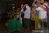 Prosesi shalat jenazah almarhum KH Hasyim Wahid, adik bungsu Presiden ke-4 RI KHAbdurrahman Wahid (Gus Dur)di masjid Ponpes Mambaul Ma'arif Denanyar, Kabupaten Jombang, Jawa Timur, Sabtu (1/8/2020). KH Hasyim Wahid atau Gus Im merupakan putra bungsu pasangan pahlawan nasional KH Abdul Wahid Hasyim dan Nyai Solichah, meninggal dunia Sabtu, pukul 04.18 WIB di RS Mayapada, Jakarta pada usia 67. Antara Jatim/Syaiful Arif/zk