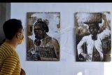Pengunjung mengamati karya yang dipajang dalam pameran karya seni bertajuk