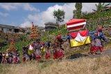 Sejumlah warga mengikuti kirab tradisi Grebeg Besar Lamuk Legok di lereng Gunung Sumbing Desa Legoksari, Tlogomulyo, Temanggung, Jawa Tengah, Minggu (2/8/2020). Tradisi tahunan yang dilakukan masyarakat petani tembakau tersebut sebagai ungkapan bentuk syukur atas kesejahteraan dan kemakmuran serta permohonan doa kepada Tuhan agar diberi kesuksesan dalam mengolah tembakau. ANTARA FOTO/Anis Efizudin/nym.
