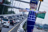 Sejumlah kendaraan melaju di tol Jakarta - Cikampek arah Jakarta di Karawang, Jawa Barat, Minggu (2/8/2020). PT Jasa Marga (persero) Tbk memprediksi puncak arus balik libur Idul Adha 1441 H terjadi pada Minggu (2/8) malam hingga Senin (3/08) dini hari. ANTARA JABAR/M Ibnu Chazar/agr