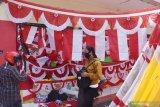 Pedagang musiman bendera dan hiasan bernuansa merah putih melayani pembeli di Kota Madiun, Jawa Timur, Senin (3/8/2020). Puluhan pedagang musiman berjualan bendera, umbul-umbul dan hiasan bernuansa merah putih yang dijual dengan harga antara Rp15 ribu hingga Rp350 ribu per lembar selama menjelang peringatan HUT ke-75 Proklamasi Kemerdekaan RI. Antara Jatim/Siswowidodo/zk.