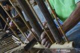 Perajin menyelesaikan pembuatan alat musik tradisional angklung di Kampung Angklung, Desa Panyingkiran, Kabupaten Ciamis, Jawa Barat, Senin (3/8/2020). Produksi Angklung yang sebelumnya mengalami penurunan 90 persen ini mulai mengalami peningkatan produksi hingga 55.400 oktap Angklung perbulannya setelah pemberlakuan adaptasi kebiasaan baru di tengah Pandemi COVID-19. ANTARA FOTO/Adeng Bustomi/agr