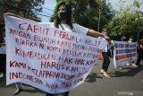 Sejumlah pekerja tempat hiburan malam dan pekerja seni hiburan malam berunjuk rasa di Balai Kota Surabaya, Jawa Timur, Senin (3/8/2020). Mereka mendesak Pemkot Surabaya untuk menghapus pemberlakuan jam malam yang mempengaruhi keberlangsungan pekerjaan mereka. Antara Jatim/Didik/Zk