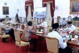 Sekretariat Presiden pasang pembatas kaca di meja Jokowi