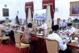 Sekretariat Presiden pasang pembatas kaca di meja oval Joko Widodo