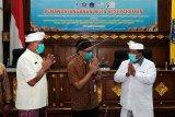 Sekretaris Kementerian PPN/Sekretaris Utama Bappenas Himawan Hariyoga Djojokusumo (tengah) memberi salam kepada Bupati Buleleng Putu Agus Suradnyana (kanan) dan Rektor Universitas Pendidikan Ganesha (Undiksha) I Nyoman Jampel (kiri) di sela penandatanganan Nota Kesepahaman (MOU) Kemitraan