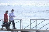 Menteri Perhubungan Budi Karya Sumadi (kanan) berbincang dengan Gubernur Bali Wayan Koster (kiri) saat melakukan kunjungan kerja di Nusa Penida, Klungkung, Bali, Senin (3/8/2020). Dalam kunjungannya, Budi Karya Sumadi meninjau lokasi pembangunan Pelabuhan Penyeberangan Sampalan di Pulau Nusa Penida dan Pelabuhan Penyeberangan Bias Munjul di Pulau Nusa Ceningan yang merupakan salah satu rencana strategis pembangunan Kementerian Perhubungan untuk menunjang pariwisata dengan biaya total dua proyek tersebut senilai Rp196,3 miliar. ANTARA FOTO/Fikri Yusuf/nym.