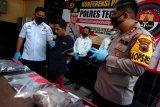 Polisi menunjukkan tersangka pembunuhan satu keluarga AS (kedua kiri) dan sejumlah barang bukti saat rilis kasus di Polres Tegal, Jawa Tengah, Senin (3/8/2020). Satreskrim Polres Tegal berhasil mengamankan tersangka AS pelaku pembunuhan sadis Handi Purwanto (33) dan Citra (25) yang hamil delapan bulan di rumah korban di Desa Yamansari, Kabupaten Tegal terkait dendam ditagih utang bisnis penjualan burung sebesar Rp50 juta. ANTARA FOTO/Oky Lukmansyah/wsj.