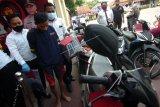 Polisi menggiring tersangka pembunuhan satu keluarga AS (kedua kiri) usai rilis kasus di Polres Tegal, Jawa Tengah, Senin (3/8/2020). Satreskrim Polres Tegal berhasil mengamankan tersangka AS pelaku pembunuhan sadis Handi Purwanto (33) dan Citra (25) yang hamil delapan bulan di rumah korban di Desa Yamansari, Kabupaten Tegal terkait dendam ditagih utang bisnis penjualan burung sebesar Rp50 juta. ANTARA FOTO/Oky Lukmansyah/wsj.