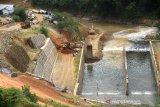 Suasana pengerjaan proyek pembangunan Bendungan Tapin di Desa Pipitak Jaya, Kabupaten Tapin, Kalimantan Selatan, Selasa (4/8/2020). Pemerintah menargetkan pembangunan Bendungan Tapin yang merupakan Proyek Strategis Nasional (PSN) yang mampu mengairi persawahan seluas 5.500 hektare serta akan di bangun PLTA sebesar tiga mega watt lebih tersebut akan rampung pada akhir tahun 2020. Foto Antaranews Kalsel/Bayu Pratama S.
