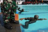 RENANG MILITER. Sejumlah prajurit Marinir mengikuti lomba renang militer di Kolam Renang  Marinir Krida Tirta Kodikmar Gunungsari, Surabaya, Jawa Timur, Selasa (28/7/2020). Lomba renang militer yang merupakan salah satu rangkaian dalam lomba Pembinaan Satuan (Binsat) Batalyon Unggul Brigif 2 Marinir tersebut bertujuan untuk mengasah dan meningkatkan profesionalisme prajurit Korps Marinir sebagai pasukan pendarat amfibi. Antara Jatim/Didik Suhartono/zk
