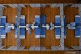 RUANG ISOLASI MANDIRI COVID 19 GRESIK. Pekerja merapikan tempat tidur di Sarana Olaraga Tri Dharma yang dijadikan ruang isolasi mandiri COVID-19 di Gresik, Jawa Timur, Senin (20/7/2020). Petrokimia Gresik mengubah sarana olaraga tersebut menjadi ruang isolasi mandiri COVID-19 yang terdiri dari 40 ruangan dengan kapasitas 80 tempat tidur yang telah dilengkapi sejumlah fasilitas pendukung, hal itu bertujuan sebagai bentuk antisipasi tingginya kasus Corona di Surabaya Raya. Antara Jatim/Zabur Karuru