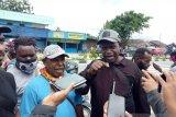 Warga perumahan Irigasi Timika serahkan  kontraktor ke kantor Polisi